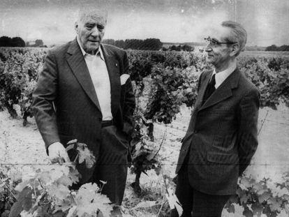 Josep Tarradellas (izquierda), presidente de la Generalitat de Cataluña en el exilio, con Jesús María Leizaola, lehendakari en el exilio, en Tours (Francia), en julio de 1977.