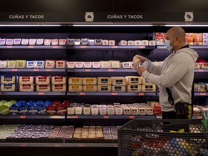 Un vecino de Sevilla hace la compra en un supermercado a finales de enero.