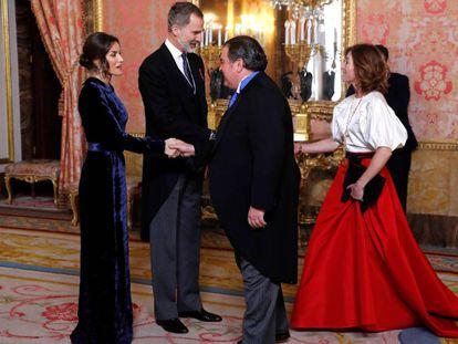El rey Felipe VI y la reina Letizia durante la recepción del cuerpo diplomático acreditado en España en el salón de Gasparini del Palacio Real de Madrid.
