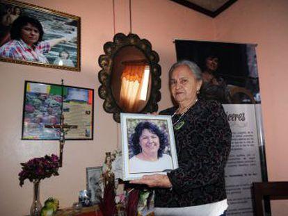 La familia de la ambientalista hondureña asesinada hace año y medio batalla por perseguir a los autores intelectuales del crimen, en el que expertos internacionales implican a funcionarios del Estado