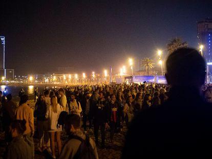 Celebración en la playa de la Barceloneta en la primera noche sin toque de queda.