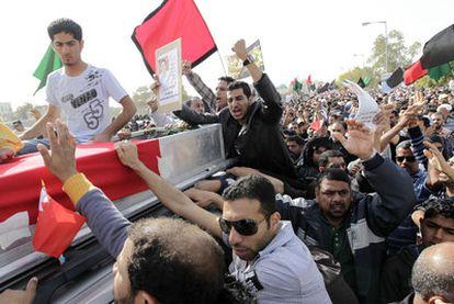 La multitud rodea el ataúd de una de las víctimas del desalojo, hoy en la localidad de Sitra