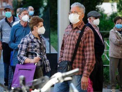 Un grupo de personas con mascarilla, ayer, en el centro de Vitoria.