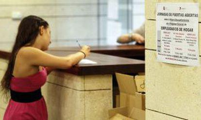 Una mujer registra a su empleada de hogar en una oficina de la Seguridad Social en Madrid el pasado junio.