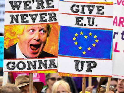Manifestantes durante la protesta convocada por la organización People's Vote (el voto de la gente), en Londres, este lunes.