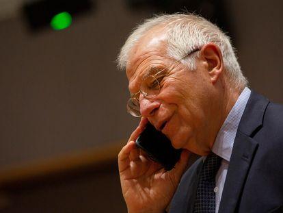 El el alto representante para la Política Exterior y Seguridad Común de la UE, Josep Borrell, habla por teléfono poco antes de mantener una videoconferencia con el secretario de Estado de Estados Unidos, Mike Pompeo, el 15 de junio de este año.