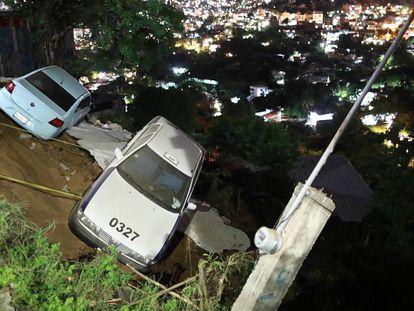 Dos coches a punto de caer a un barranco tras el terremoto en Acapulco.
