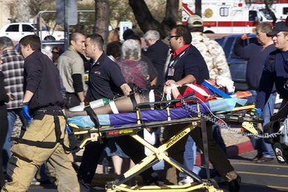 Una mujer herida de bala en el ataque de Tucson es trasladada a un centro sanitario para ser atendida.