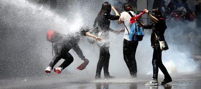 Manifestantes son alcanzados por un cañón de agua en Turquía.