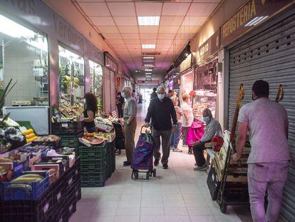Varias personas comprando en el mercado de Villaverde Alto, en Madrid.