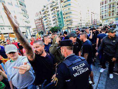 Los contramanifestantes, en la plaza de San Agustín de Valencia, de donde partía la tradicional marcha del 9 d'Octubre.