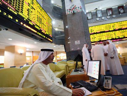 Un inversor consulta el mercado de valores en el parqué de Abu Dhabi (EAU), en una imagen de archivo.
