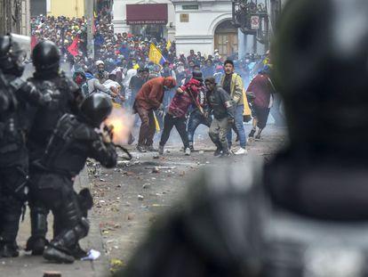 Choques entre fuerzas de seguridad y manifestantes en la oleada de protestas que sacudió a Ecuador en octubre de 2019.