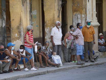 Varias personas esperan su turno para comprar alimentos, el pasado viernes, en La Habana, Cuba.