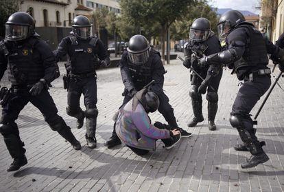 Los Mossos d'Esquadra detienen a un manifestante contrario a Vox durante un acto de dicho partido el miércoles en Olot (Girona).
