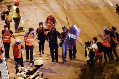 Dos policías detienen al fotoperiodista de El PAÍS Albert Garcia.