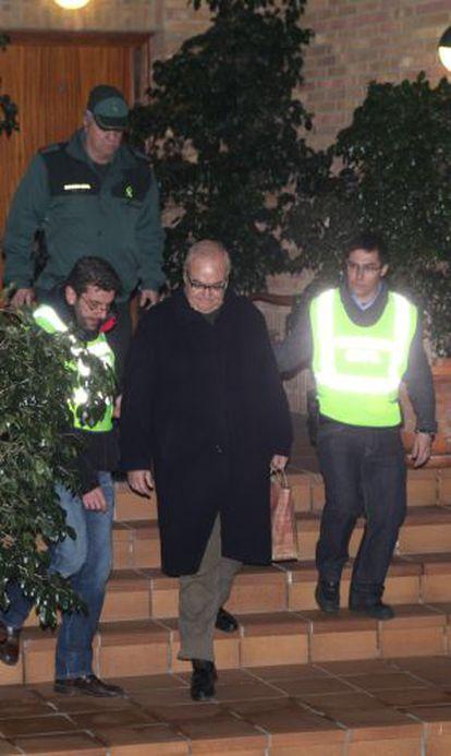 Josep Prat, entre dos agentes.