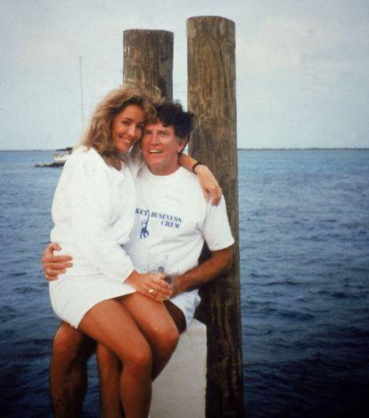 En contra de lo que publicaron todos los periódicos ( y de esta foto de 1987), el candidato Gary Hart sigue negando que tuviera un romance con la modelo Donna Rice. Este lío acabó con su carrera.