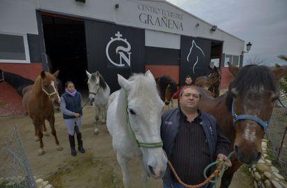 El responsable del centro ecuestre Grañena en Jaén, Alfonso de la Chica, muestra algunos de los caballos abandonados.