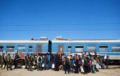 Inmigrantes abordan un tren rumbo a Serbia en el nuevo centro de recepción de Gevgelija, en la frontera greco-macedonia.
