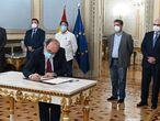 El ministro de Política Territorial y Función Pública, Miquel Iceta (centro), asiste a la firma del plan de choque para reducir la temporalidad en las administraciones públicas entre comunidades autónomas y sindicatos, este lunes en Madrid.