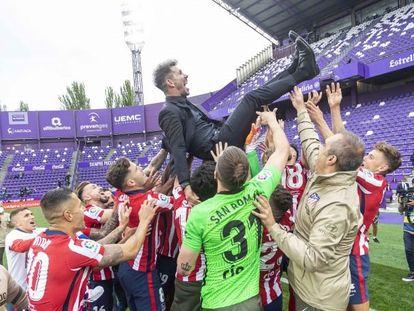 Simeone, manteado por sus jugadores tras la conquista del título liguero.