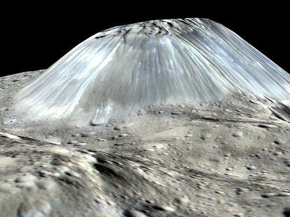 Esta imagen, basada en observaciones de la nave espacial Dawn de la NASA, muestra la montaña más grande del planeta enano Ceres./ ESA