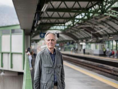 Fernando Vallejo en el metro de Medellín, Colombia.