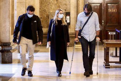 Los negociadores de Junts per Catalunya, Elsa Artadi, Josep Rius (izquierda) y Francesc de Dalmases, este martes en el Parlament.