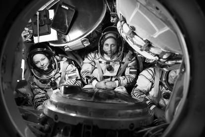 La actriz Yulia Peresild, el cosmonauta Anton Shkaplerov y el cineasta Klim Shipenko, el equipo que rodará la película rusa 'El Desafío', la primera grabada en el espacio.