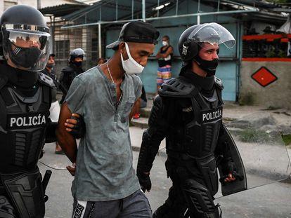 La policía traslada a un detenido en La Habana.