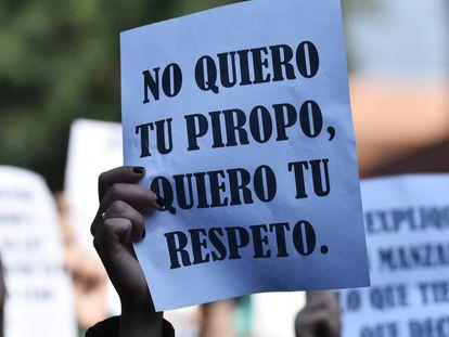 Una mujer sostiene un cartel durante una protesta contra la violencia de género en Ciudad de México.