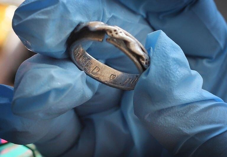 El anillo encontrado dentro de la mochila roja recuperada en el Mediterráneo por el 'Open Arms' con el grabado de la pareja migrante: Ahmed (corazón) Doudou.