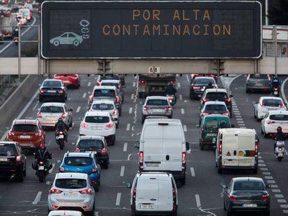 Un panel luminoso en la M-30 indica la activación del protocolo anticontaminación en Madrid.