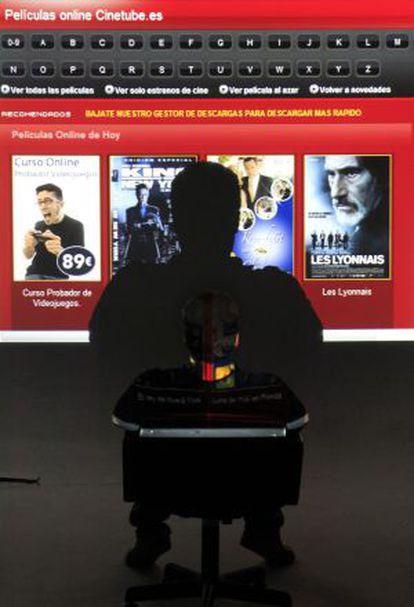 Un internauta consulta ayer la página de enlaces CineTube.