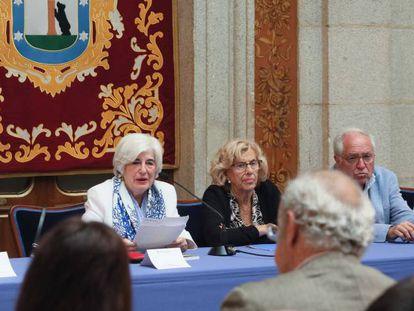 Desde la izquierda, Andrés Trapiello, Francisca Sauquillo, Manuela Carmena y José Álvarez Junco, en la reunión del pasado viernes.