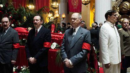 El Politburó vela el cadáver de Stalin, en un fotograma del filme.
