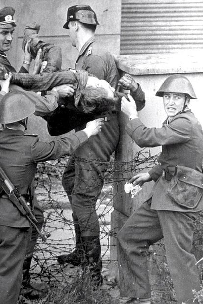Soldados de la RDA cargan con el cuerpo de Peter Fechter, a quien mataron ante el muro de Berlín.