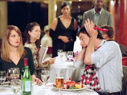 Drew Barrymore y Jimmy Fallon montando una escena en un restaurante en la película 'Amor en juego' (2005).