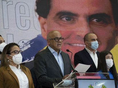 El presidente de la Asamblea Nacional, Jorge Rodriguez, en una rueda de prensa en Caracas este sábado ante un cartel de Alex Saab.