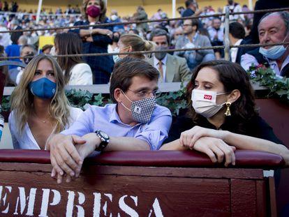 El alcalde de Madrid, José Luis Martínez Almeida, junto a la presidenta de la Comunidad de Madrid, Isabel Díaz Ayuso, este martes en la plaza de toros de Las Ventas, en Madrid.