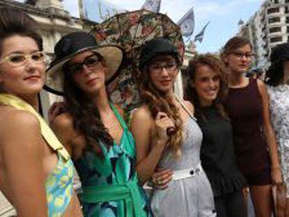 Iraia Oiartzabal (la cuarta por la izquierda) junto a las modelos que lucieron ayer sus diseños.