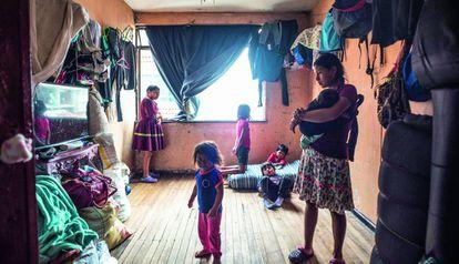 Familia de la comunidad embera, hacinada en un piso de la capital colombiana, Bogotá.