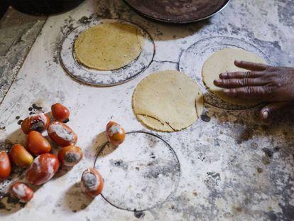 Una mujer prepara tortillas.