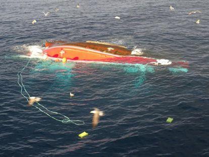 El pesquero Maremi que ha volcado esta madrugada a nueve millas al norte de Cabo Mayor, al oeste de Santander. Foto cedida por la delegación del Gobierno en Cantabria.