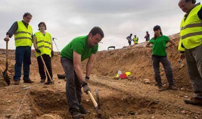 Trabajos de búsqueda de la una fosa en Alfacar (Granada).