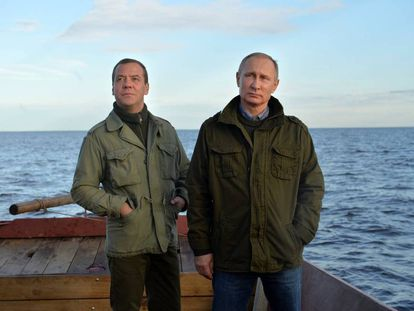 El presidente ruso, Vladimir Putin, junto al primer ministro, Dmitry Medvedev, en la región de Novgorod.