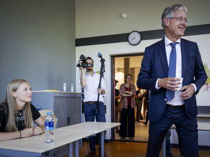 El ministro de Educación de Países Bajos, Arie Slob, durante una visita a una escuela en Hilversum en junio.