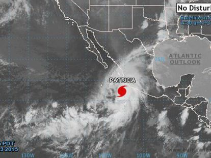 Mapa facilitado hoy 23 de octubre de 2015 por la Agencia Nacional de Océanos y Atmósfera de Estados Unidos (NOAA, por su sigla en inglés) que muestra una imagen de satélite en el que se aprecia el huracán Patricia a su llegada a la costa de México.