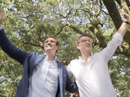 Casado y Feijóo, este sábado, durante el acto de apertura del curso político en Carballeira de San Xusto, en Cotobade (A Coruña).
